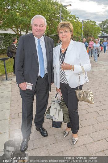 Das Land des Lächelns Premiere - Seefestspiele Mörbisch - Do 11.07.2019 - Hermann SCHÜTZENHÖFER mit Ehefrau Marianne15