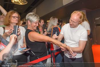 Kinopremiere ´Leberkäsjunkie´ - Cineplexx Donauplex - Do 01.08.2019 - Simon SCHWARZ gibt Autogramme8