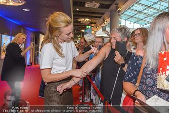 Kinopremiere ´Leberkäsjunkie´ - Cineplexx Donauplex - Do 01.08.2019 - Lisa Maria POTTHOFF gibt Autogramme11