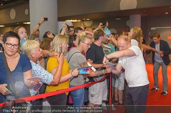 Kinopremiere ´Leberkäsjunkie´ - Cineplexx Donauplex - Do 01.08.2019 - Simon SCHWARZ gibt Autogramme16