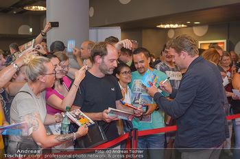 Kinopremiere ´Leberkäsjunkie´ - Cineplexx Donauplex - Do 01.08.2019 - Sebastian BEZZEL gibt Autogramme19