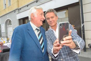 Premiere Stockerau Festspiele - Stockerau - Fr 02.08.2019 - Alfons HAIDER macht Selfie mit Otmar NESTROY38