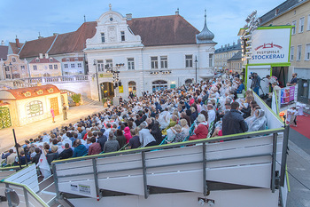 Premiere Stockerau Festspiele - Stockerau - Fr 02.08.2019 - Publikum mit Regenschutz98
