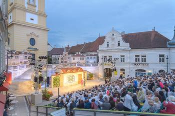 Premiere Stockerau Festspiele - Stockerau - Fr 02.08.2019 - Publikum mit Regenschutz101