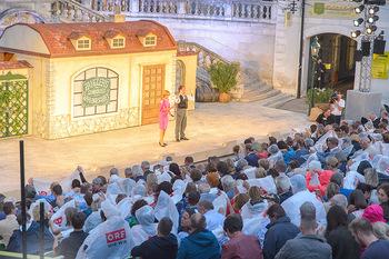 Premiere Stockerau Festspiele - Stockerau - Fr 02.08.2019 - Publikum mit Regenschutz102
