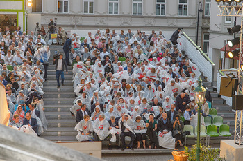Premiere Stockerau Festspiele - Stockerau - Fr 02.08.2019 - Publikum mit Regenschutz103
