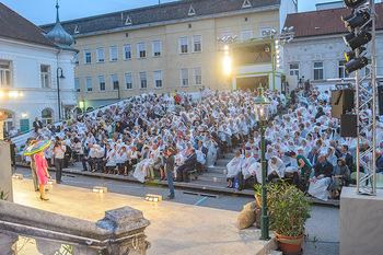Premiere Stockerau Festspiele - Stockerau - Fr 02.08.2019 - Publikum mit Regenschutz104