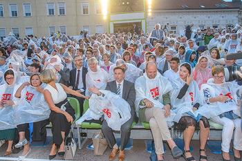 Premiere Stockerau Festspiele - Stockerau - Fr 02.08.2019 - Publikum mit Regenschutz105