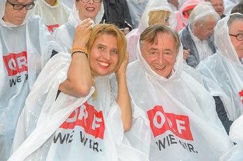 Premiere Stockerau Festspiele - Stockerau - Fr 02.08.2019 - Richard LUGNER, Dani KENNEDY mit Regenschutz108