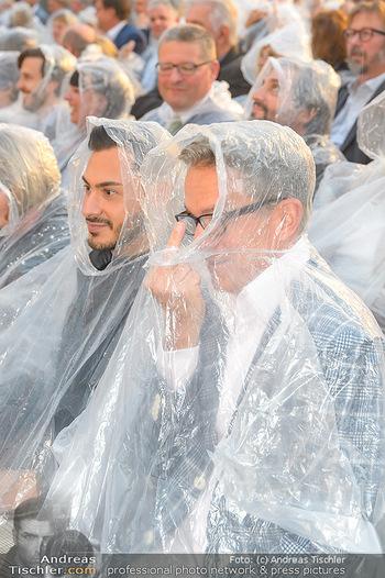 Premiere Stockerau Festspiele - Stockerau - Fr 02.08.2019 - Alfons HAIDER mit Regenschutz109