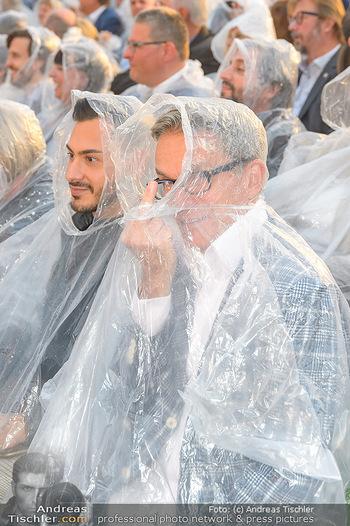 Premiere Stockerau Festspiele - Stockerau - Fr 02.08.2019 - Alfons HAIDER mit Regenschutz110