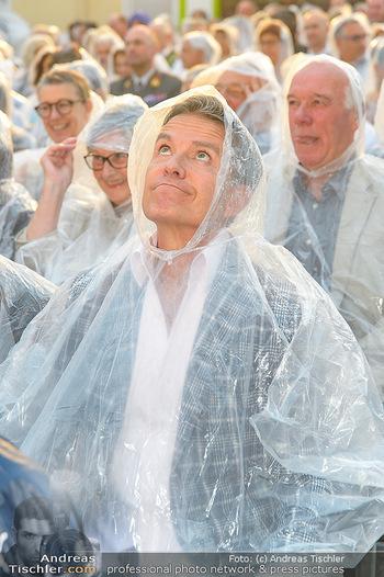 Premiere Stockerau Festspiele - Stockerau - Fr 02.08.2019 - Alfons HAIDER mit Regenschutz111