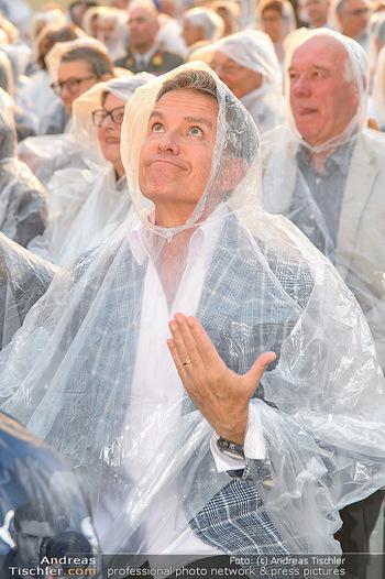 Premiere Stockerau Festspiele - Stockerau - Fr 02.08.2019 - Alfons HAIDER mit Regenschutz112