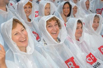 Premiere Stockerau Festspiele - Stockerau - Fr 02.08.2019 - Bibiane ZELLER, Helene VAN DAMME, Barbara WUSSOW mit Regenschutz114