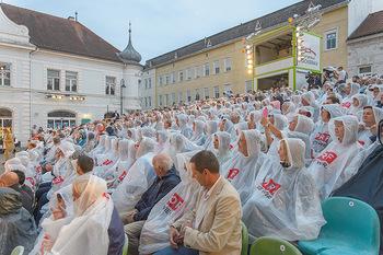 Premiere Stockerau Festspiele - Stockerau - Fr 02.08.2019 - Publikum mit Regenschutz120
