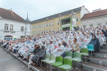 Premiere Stockerau Festspiele - Stockerau - Fr 02.08.2019 - Publikum mit Regenschutz121