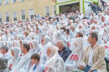Premiere Stockerau Festspiele - Stockerau - Fr 02.08.2019 - Publikum mit Regenschutz122