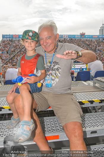 Beachvolleyball - Donauinsel Wien - Sa 03.08.2019 - Rudi SEMRAD mit Enkelkind Emilian19