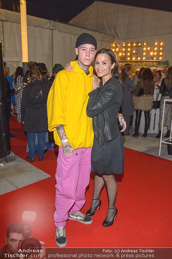 Fashion Week Opening - MQ Museumsquartier, Wien - Mo 09.09.2019 - Romina COLERUS mit Sohn Leon43