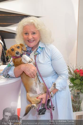 Aufdirndln für die Damenwiesn - Sportalm Store, Wien - Do 12.09.2019 - Marika LICHTER mit Hund Ella65