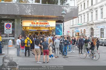 Kinopremiere ´Sea of Shadows´ - Gartenbaukino Wien - Do 12.09.2019 - Fans vor dem Kino, warten auf Leonardo DiCaprio3
