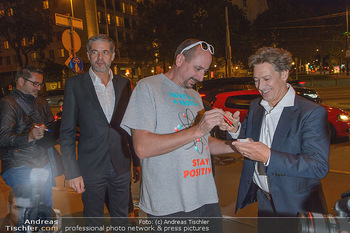Kinopremiere ´Deutschstunde´ - Urania Kino Wien - Mo 30.09.2019 - Tobias MORETTI schreibt Autogramme6