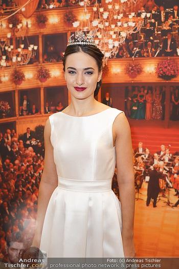 Tiara Präsentation - Wiener Staatsoper - Do 14.11.2019 - Debüdantin Marion MOOSHAMMER mit der neuen Tiara (Krönchen) vo10