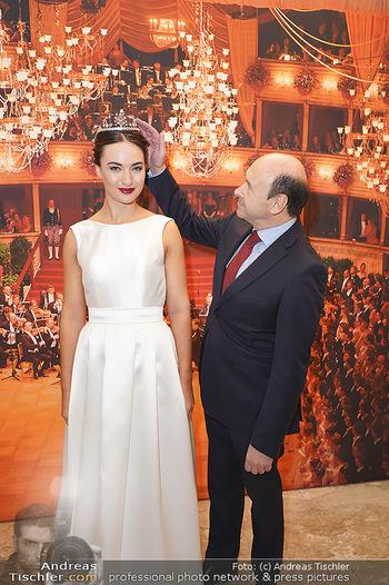 Tiara Präsentation - Wiener Staatsoper - Do 14.11.2019 - Debüdantin Marion MOOSHAMMER mit der neuen Tiara (Krönchen) vo15