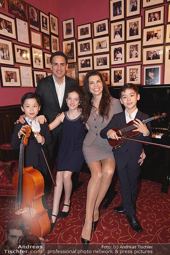 IMF Pressegespräch - Hotel Sacher, Wien - Do 21.11.2019 - Leona KÖNIG, Juan Diego FLOREZ mit Kindern44