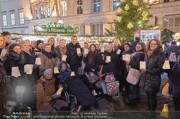 MOMO Lichtaktion - Adventmarkt Freyung Wien - Do 05.12.2019 - Gruppenfoto mit Lichtern mit Martina KRONBERGER-VOLLNHOFER, Vikt6