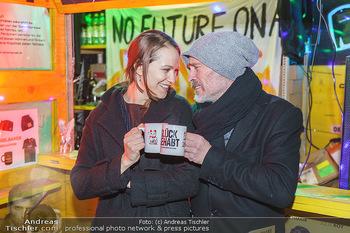 Promi Punsch Ausschenken - Resselpark, Wien - Di 10.12.2019 - Johannes KRISCH mit Freundin Larissa FUCHS26