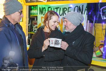 Promi Punsch Ausschenken - Resselpark, Wien - Di 10.12.2019 - Johannes KRISCH mit Freundin Larissa FUCHS27
