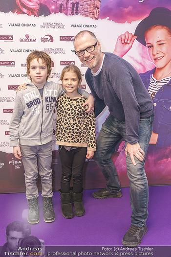 Kinopremiere ´Vier zauberhafte Schwestern´ - Village Cinema, Wine - Di 07.01.2020 - Alex LIST mit Sohn Felix und dessen bester Freundin Emma8