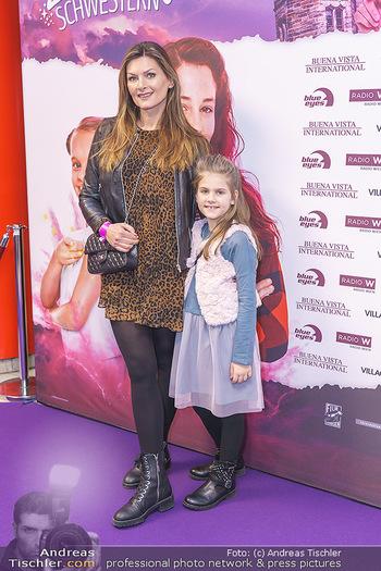 Kinopremiere ´Vier zauberhafte Schwestern´ - Village Cinema, Wine - Di 07.01.2020 - Martina KAISER mit Tochter Kiana13