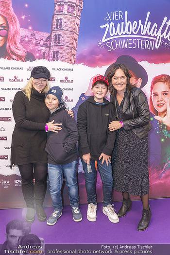 Kinopremiere ´Vier zauberhafte Schwestern´ - Village Cinema, Wine - Di 07.01.2020 - Sylvia GRAF mit Sohn Moritz, Eva PÖLZL mit Sohn Julius17