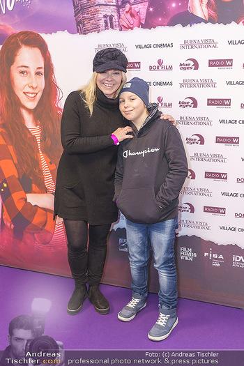 Kinopremiere ´Vier zauberhafte Schwestern´ - Village Cinema, Wine - Di 07.01.2020 - Sylvia GRAF mit Sohn Moritz19