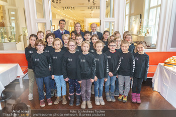 Opernball Benefiz PK - Palais Dorotheum, Wien - Do 09.01.2020 - Gruppenfoto mit Kinderchor Superar mit Maria GROßBAUER GROSSBAU15