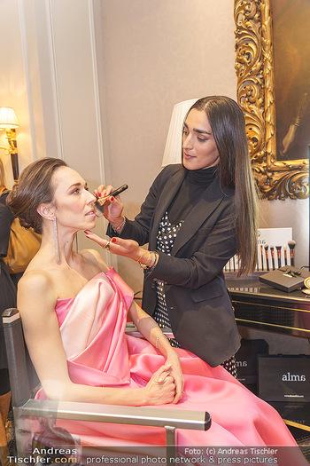 Opernball Couture Salon - Hotel Bristol, Wien - Mo 10.02.2020 - Alma MILCIC schminkt Nina POLAKOVA48
