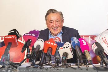 PK: Nicht-Verkündung des Stargasts - Lugner City, Wien - Do 13.02.2020 - Richard LUGNER vor vielen Mikrofonen und Journalisten - noch gut1