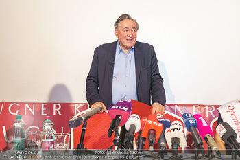 PK: Nicht-Verkündung des Stargasts - Lugner City, Wien - Do 13.02.2020 - Richard LUGNER vor vielen Mikrofonen und Journalisten11