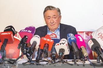 PK: Nicht-Verkündung des Stargasts - Lugner City, Wien - Do 13.02.2020 - Richard LUGNER vor vielen Mikrofonen und Journalisten12