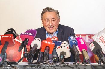 PK: Nicht-Verkündung des Stargasts - Lugner City, Wien - Do 13.02.2020 - Richard LUGNER vor vielen Mikrofonen und Journalisten - noch gut13