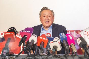 PK: Nicht-Verkündung des Stargasts - Lugner City, Wien - Do 13.02.2020 - Richard LUGNER vor vielen Mikrofonen und Journalisten18