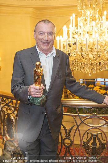 Pressekonferenz zur Romy Gala 2020 - Grand Hotel, Wien - Di 03.03.2020 - Rudi JOHN mit Romy-Statue28