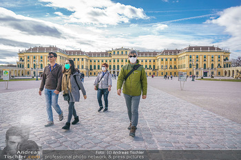 Coronavirus COVID-19 Feautre - Wien - Do 12.03.2020 - Touristen mit Atemschutzmasken vor Schloss Schönbrunn, nichts l1