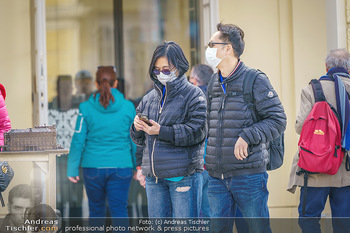 Coronavirus COVID-19 Feautre - Wien - Do 12.03.2020 - Touristen mit Atemschutzmasken vor Schloss Schönbrunn, nichts l2