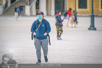 Coronavirus COVID-19 Feautre - Wien - Do 12.03.2020 - Touristen mit Atemschutzmasken vor Schloss Schönbrunn, nichts l3