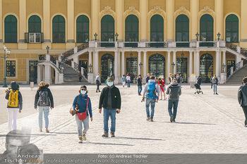 Coronavirus COVID-19 Feautre - Wien - Do 12.03.2020 - Touristen mit Atemschutzmasken vor Schloss Schönbrunn, nichts l6