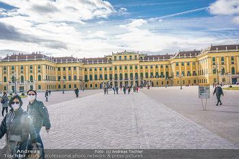 Coronavirus COVID-19 Feautre - Wien - Do 12.03.2020 - Touristen mit Atemschutzmasken vor Schloss Schönbrunn, nichts l8