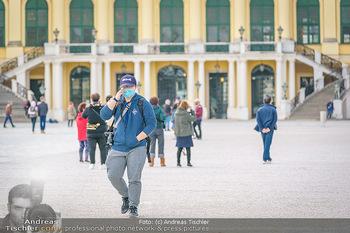 Coronavirus COVID-19 Feautre - Wien - Do 12.03.2020 - Touristen mit Atemschutzmasken vor Schloss Schönbrunn, nichts l9
